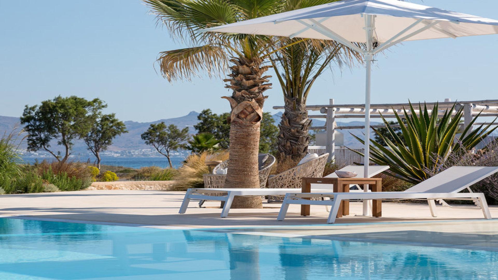 Ligstoelen bij zwembad, hotel White Pearls, Kos-Lambi, Kos, Griekenland