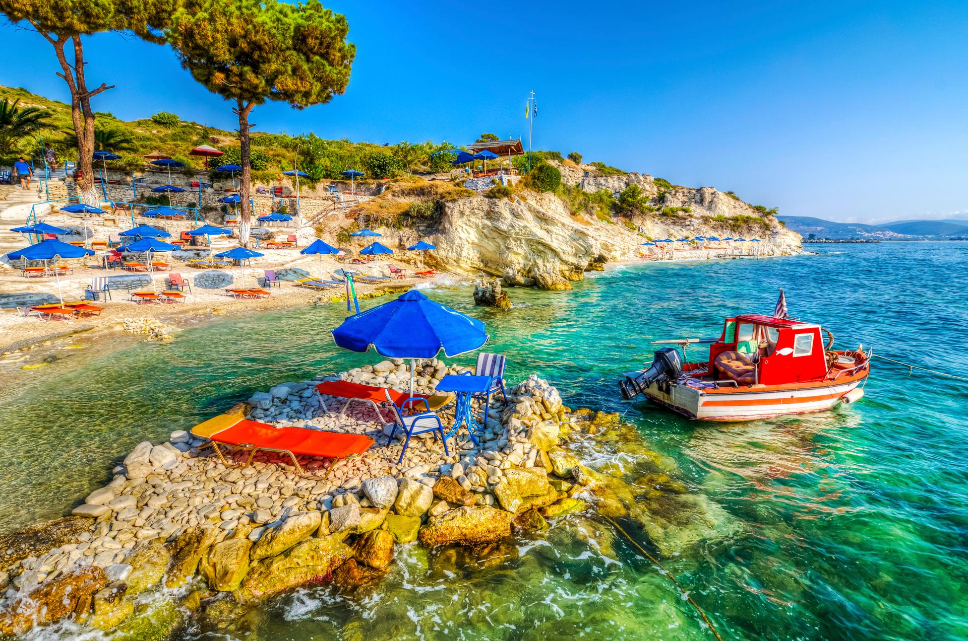 Strand en bootje bij Papa Beach, Samos, Griekenland