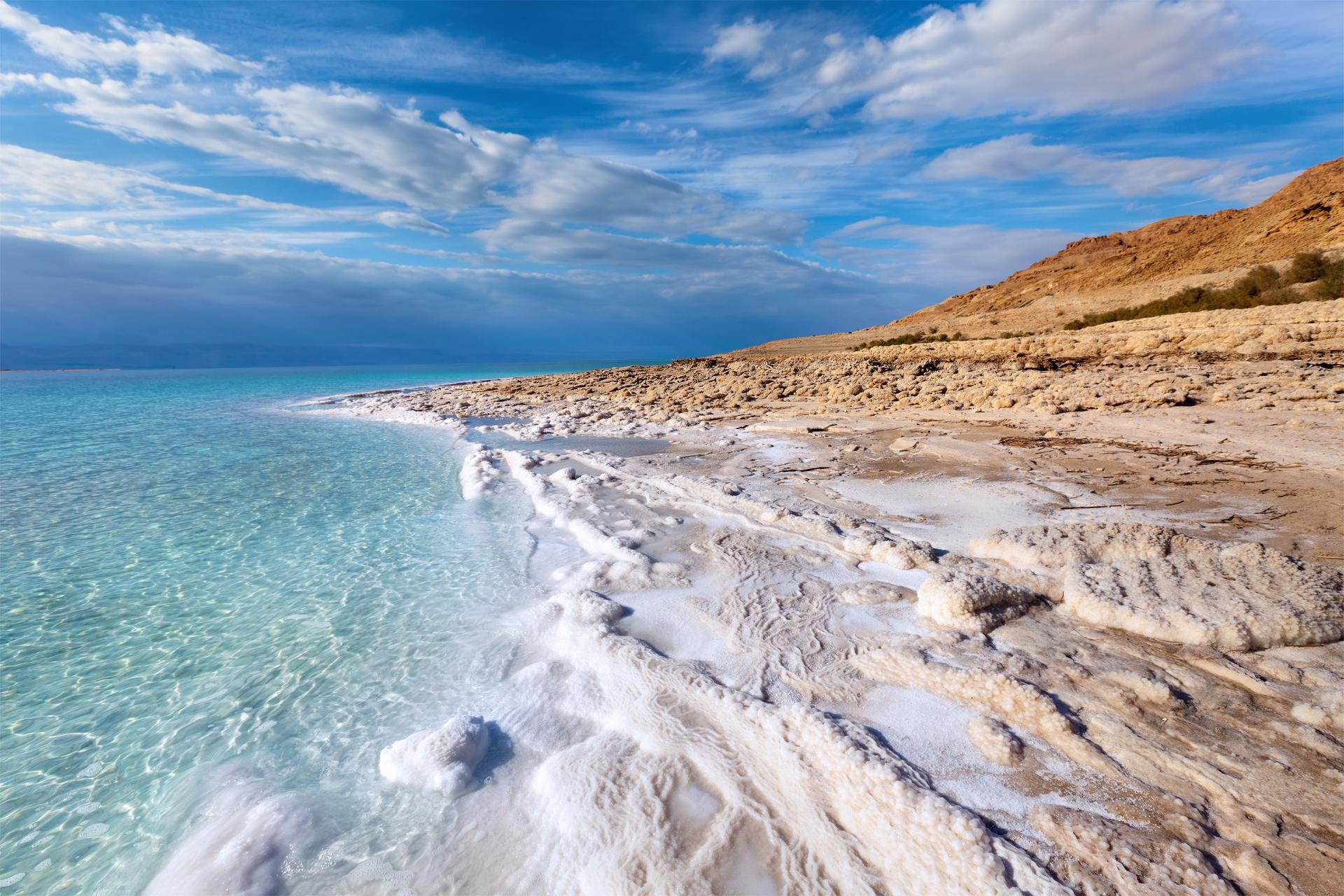 Landschap en zoutaanslag Dode Zee, Jordanië