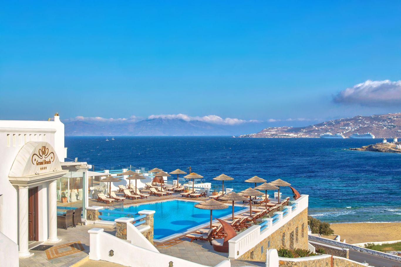 Geniet in dit heerlijke zwembad met uitzicht op zee
