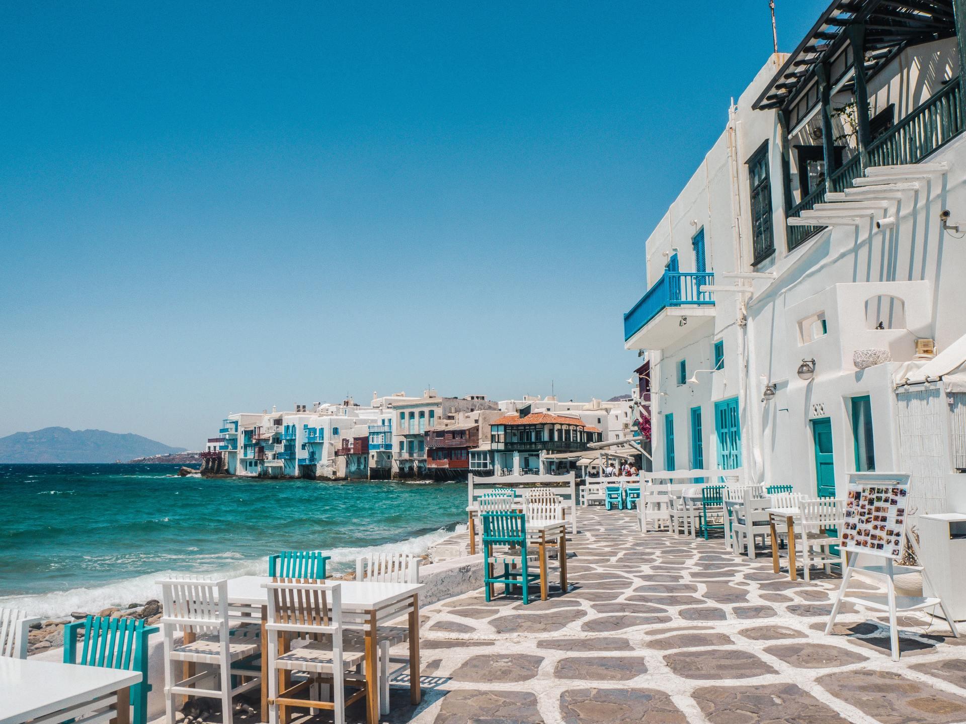 Prachtig uitzicht over zee op een gezellig Grieks terras