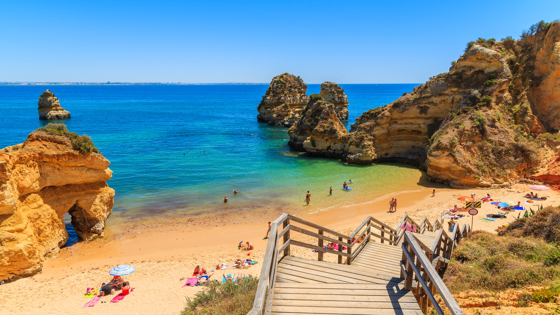 Houten voetbrug naar strand, Praia do Camilo, Algarve, Portugal