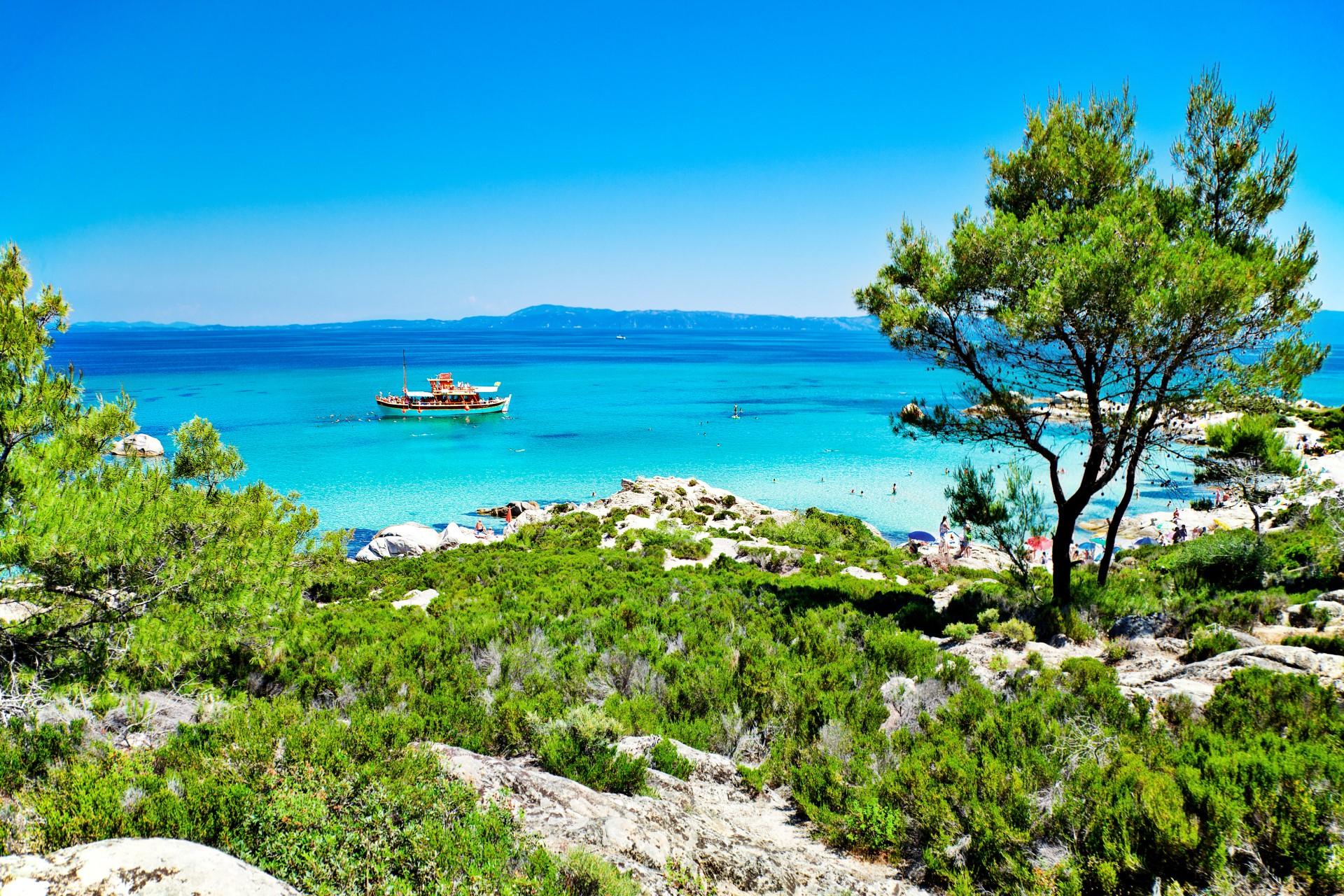 Een panorama van Portokali (Orange) Beach in Sithonia, Halkidiki, Griekenland