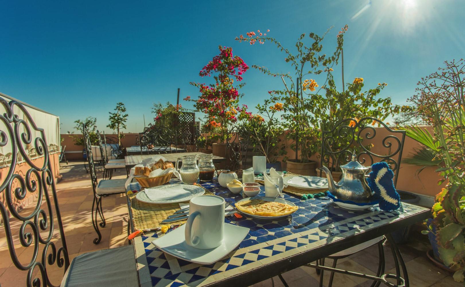 Een heerlijk Marokkaans ontbijt op het dakterras van Monriad