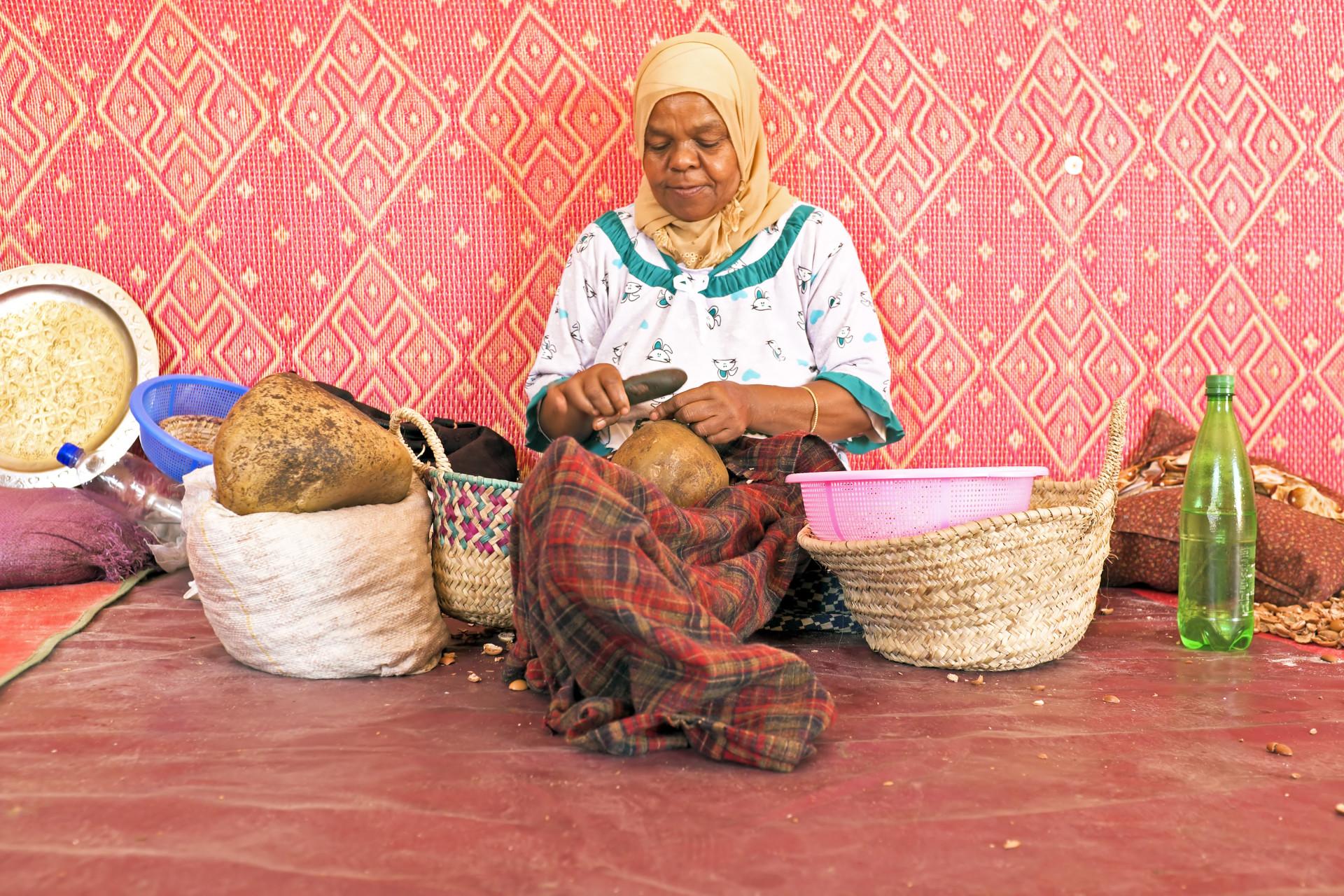 Ourika Valley, vrouw aan het werk in coöperatie voor fabricage van arganolie
