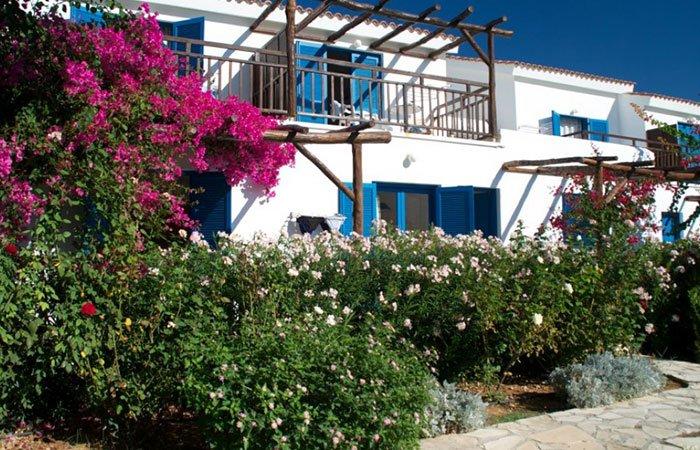 Last minute Hylatio Tourist Village Cyprus - huisje met bougainville