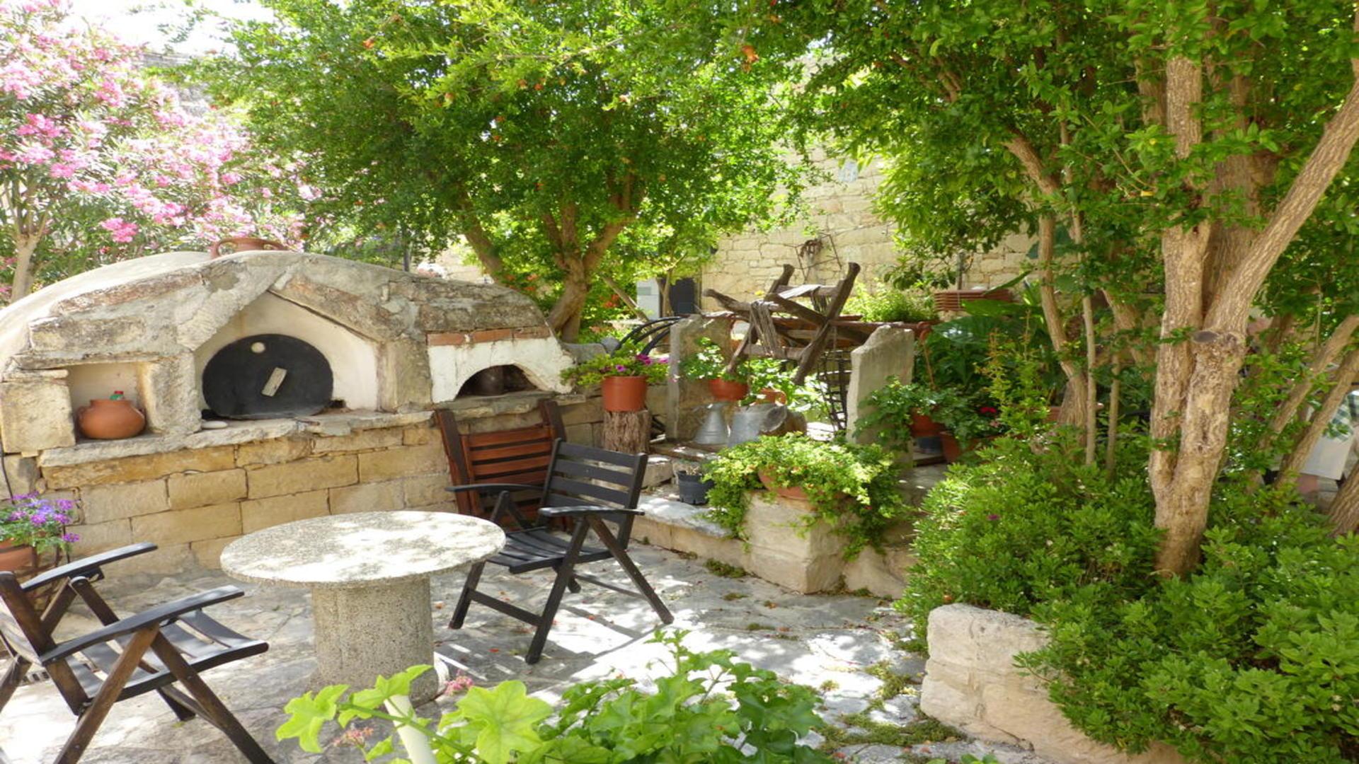 Terras bij studio's Nicolas & Maria's, Anogyra, Cyprus