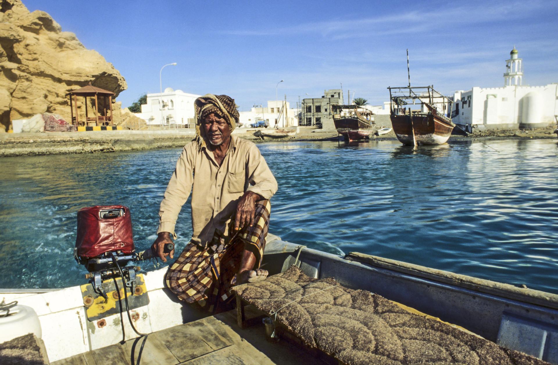 Bootje met local man, Sur, Oman