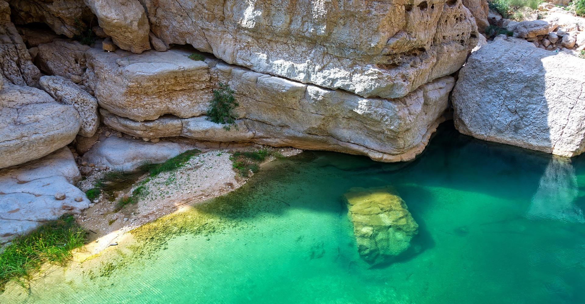 Smaragdgroen water in Wadi Shab, Oman