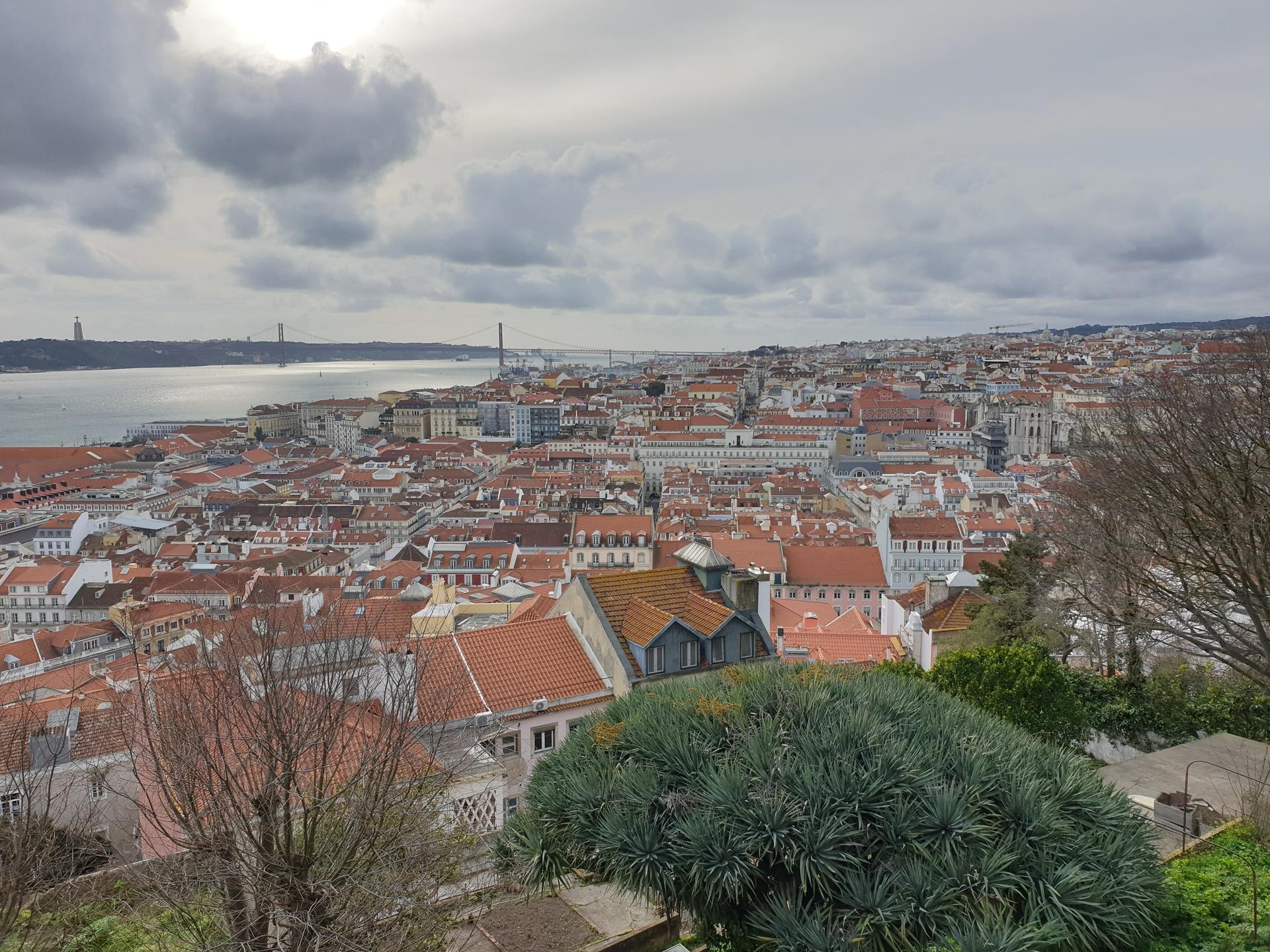 Het prachtige uitzicht vanuit Castelo São Jorge