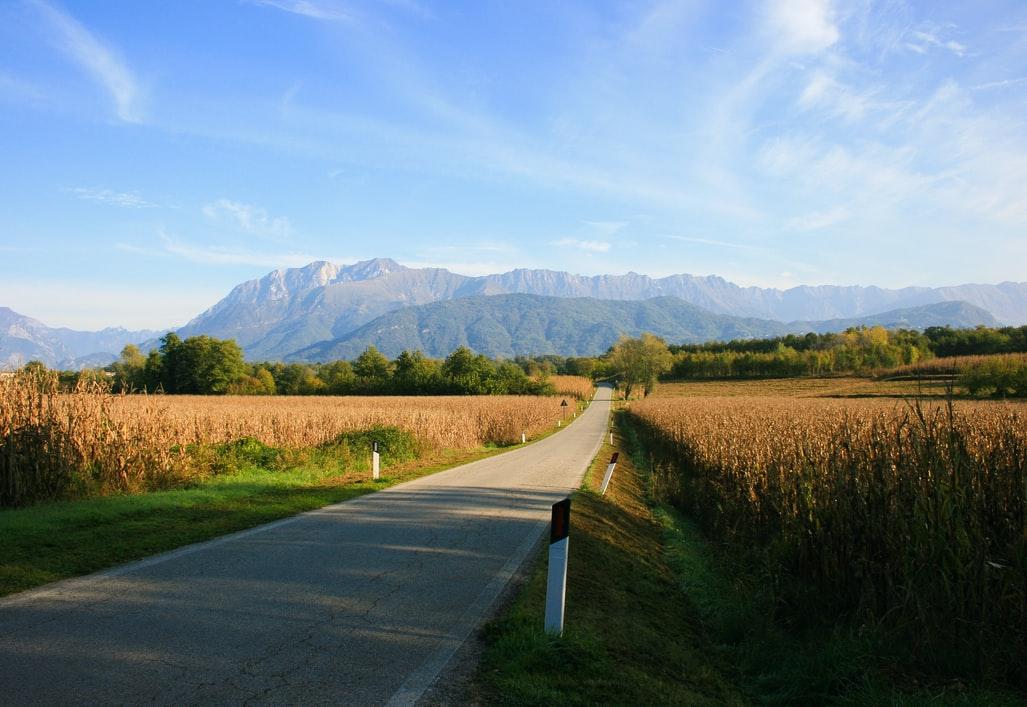 Friuli Venezia Giulia weg in landschap met bergen