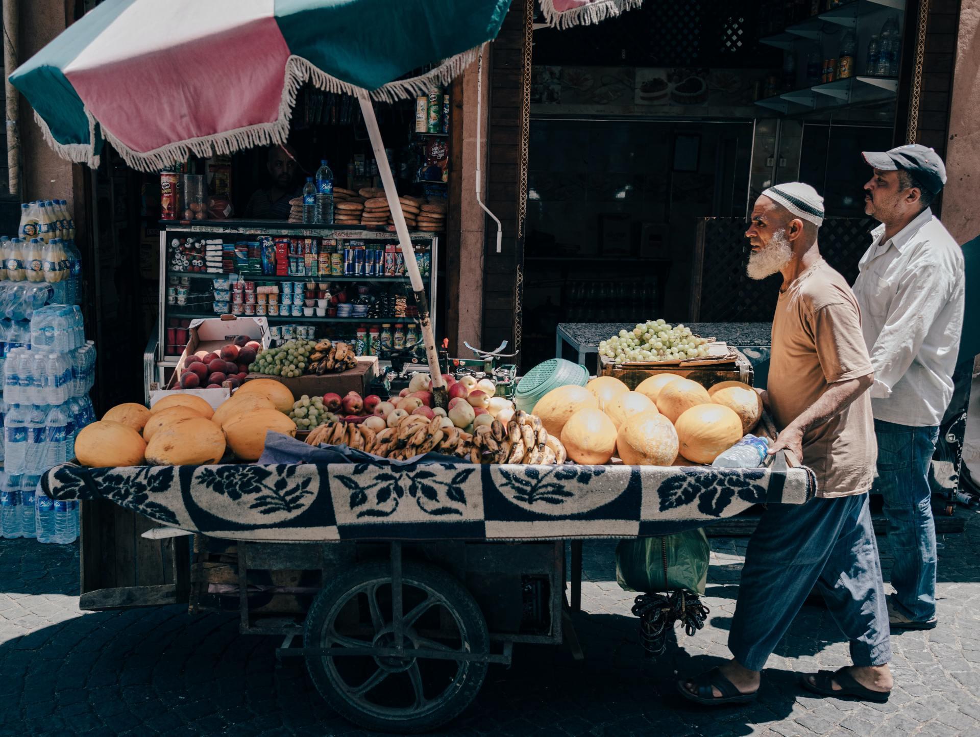 Marrakech stad man met fruitkar