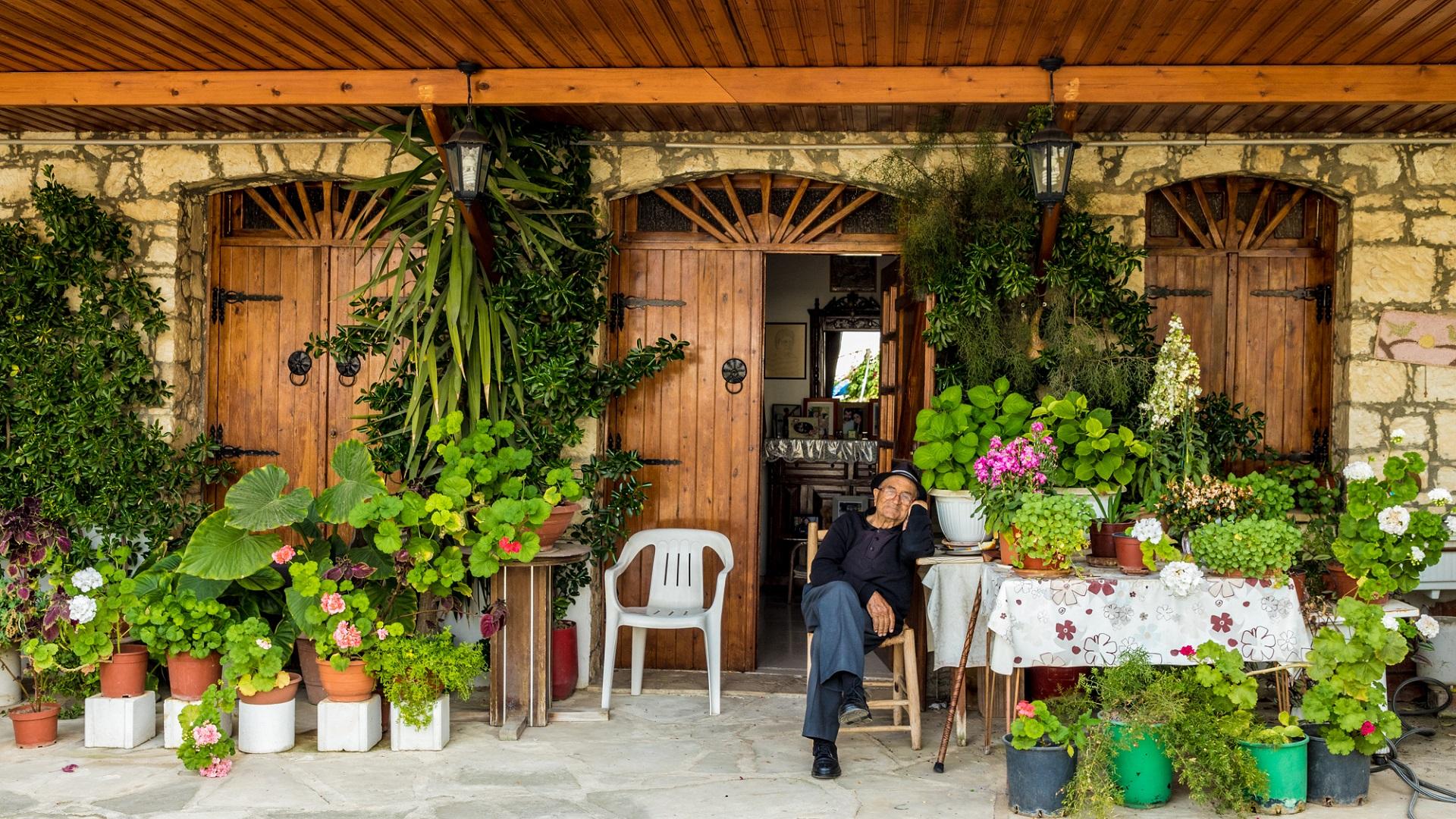 Een typisch Cypriotische man die voor zijn huis in Omodos op Cyprus zit.