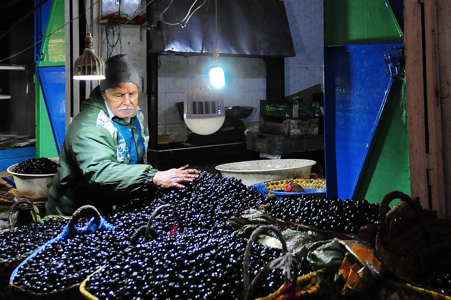 Local, man, olijven, Fes, Marokko