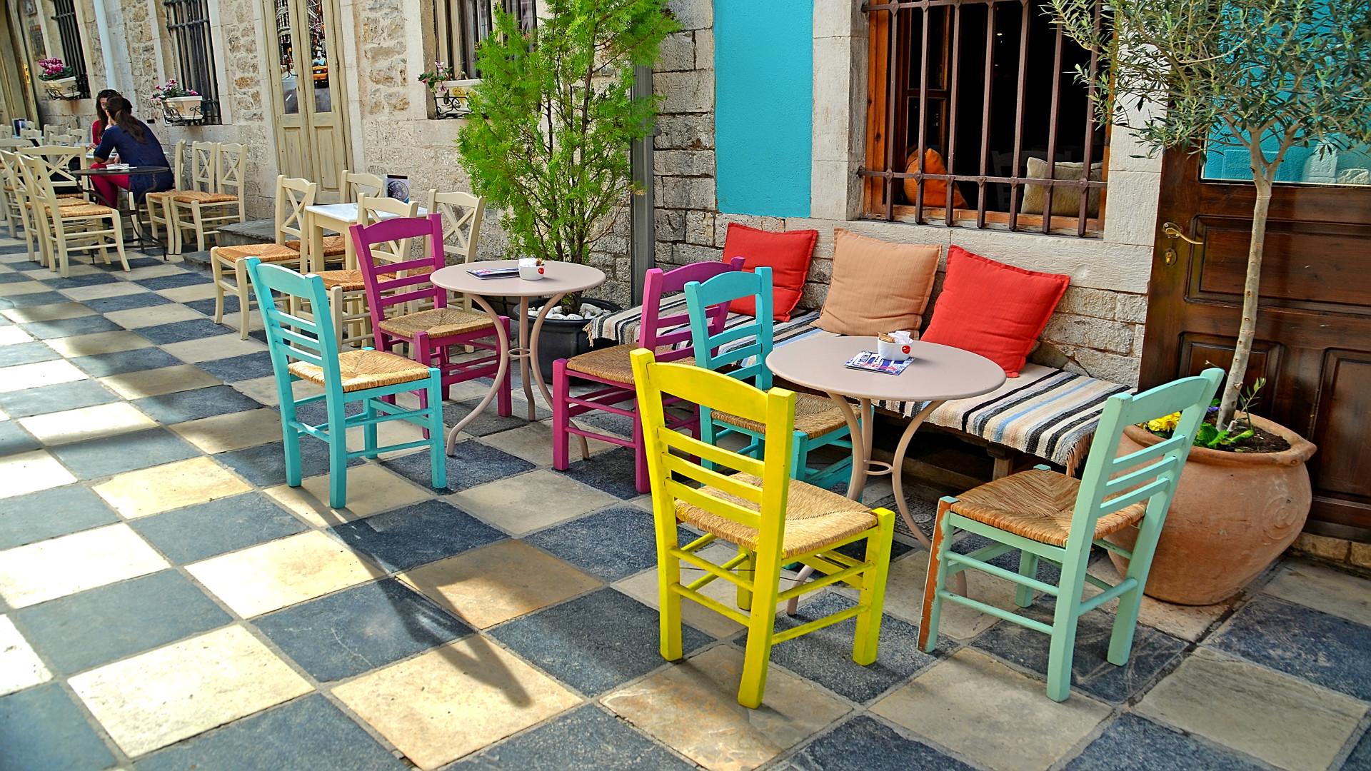 Terras met kleurrijke stoelen, Athene, Griekenland