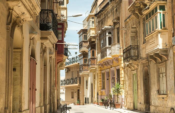 Straat met traditionele balkons, Valletta, Malta