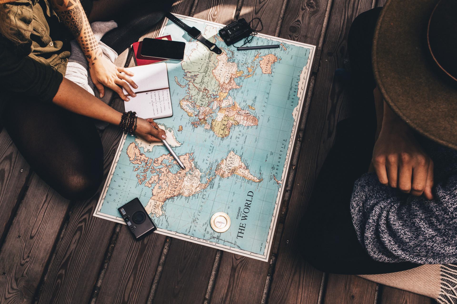 Een reis organiseren boven de wereldkaart