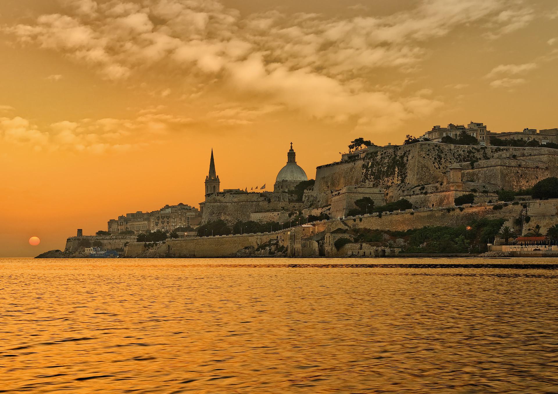 Kust Valletta zonsondergang oranje gloed, Malta