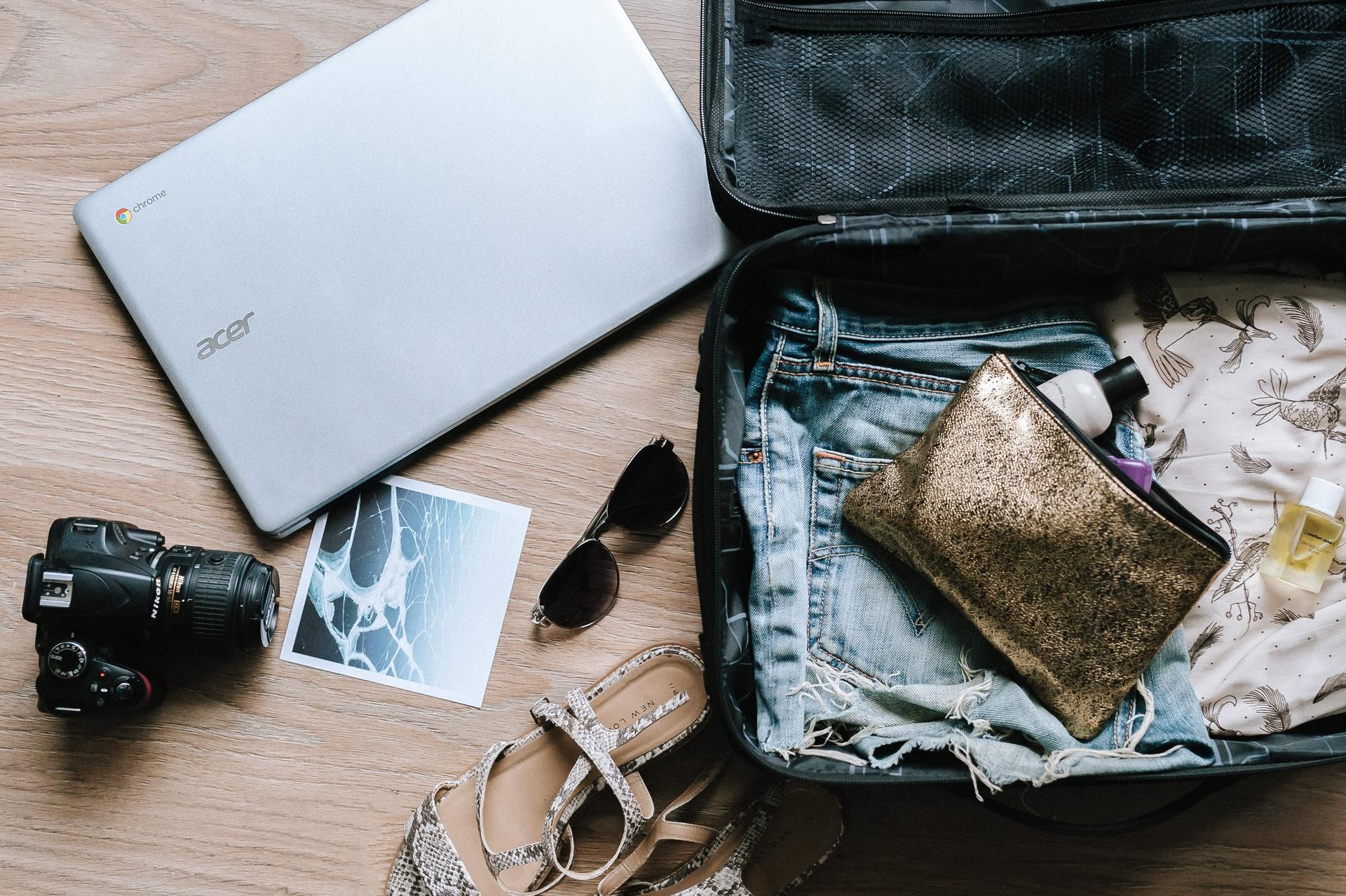 Koffer, camera, laptop en kleding inpakken reisverzekering