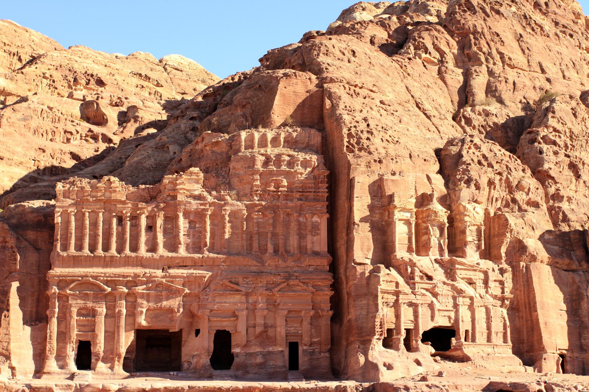 Uitgehakte gevels in Petra, Jordanië