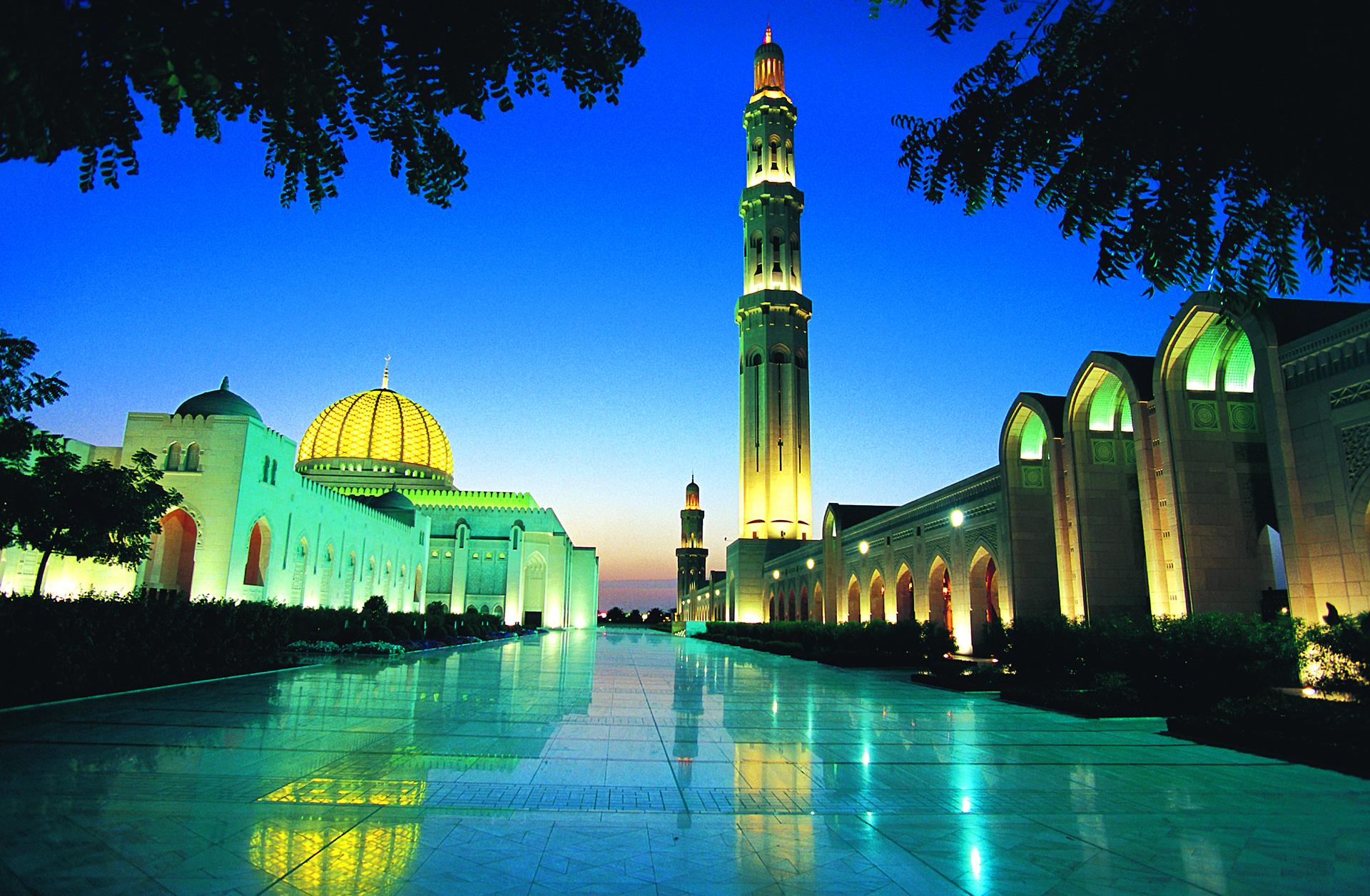 's Avonds verlichte Sultan Qaboos Grand Mosque, Muscat, Oman