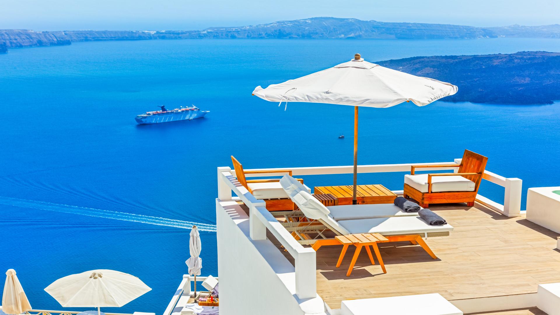 Dakterras met parasol, Santorini, Griekenland