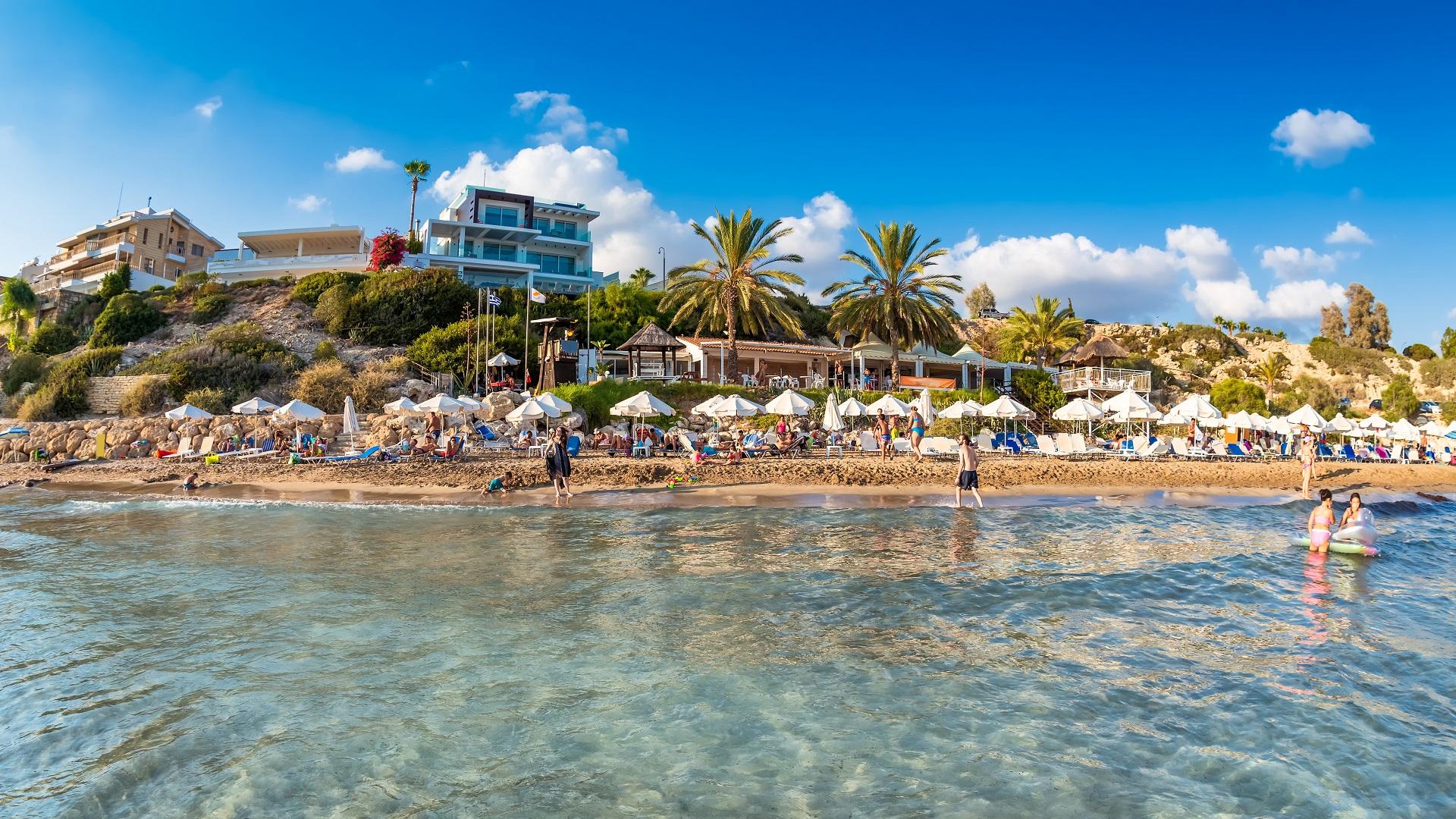 Mensen ontspannen op Coral Bay Beach, een van de beroemdste stranden van Cyprus