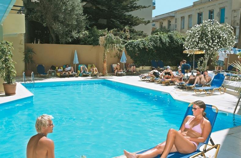 jason-apartments-zwembad