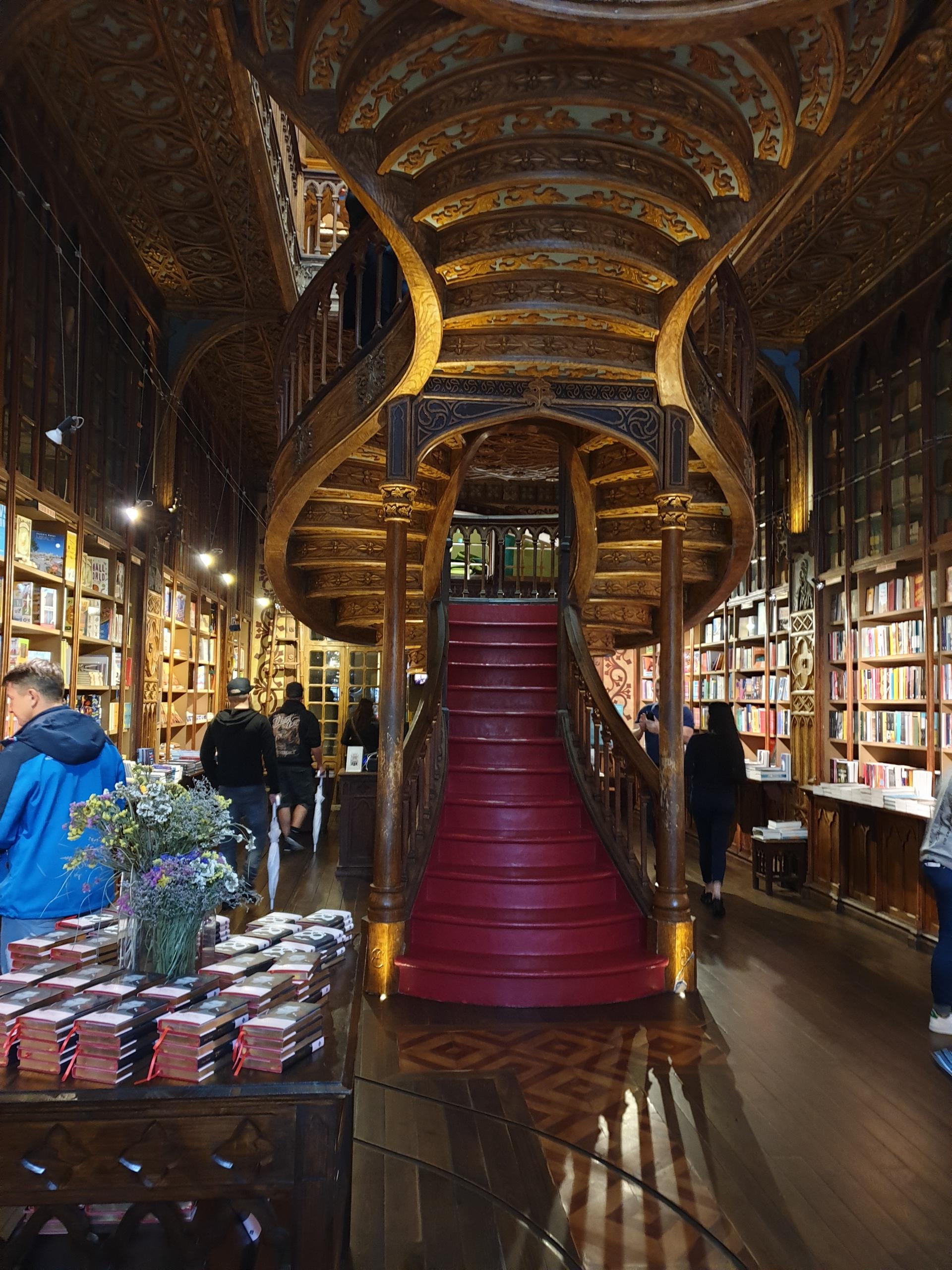 De prachtige boekenwinkel Lello e Irmão in Porto, Portugal