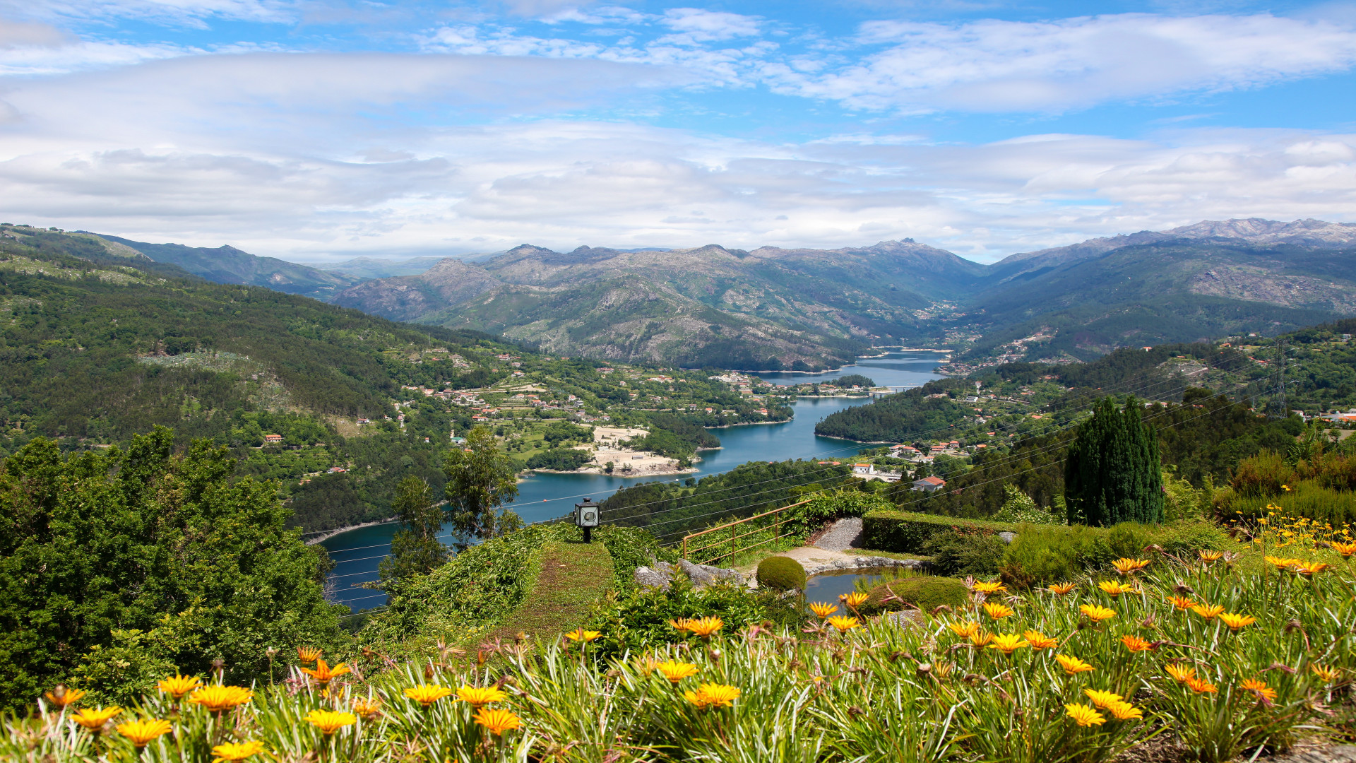 Uitzicht op de Lima rivier in nationaal park Peneda Geres, Noord Portugal