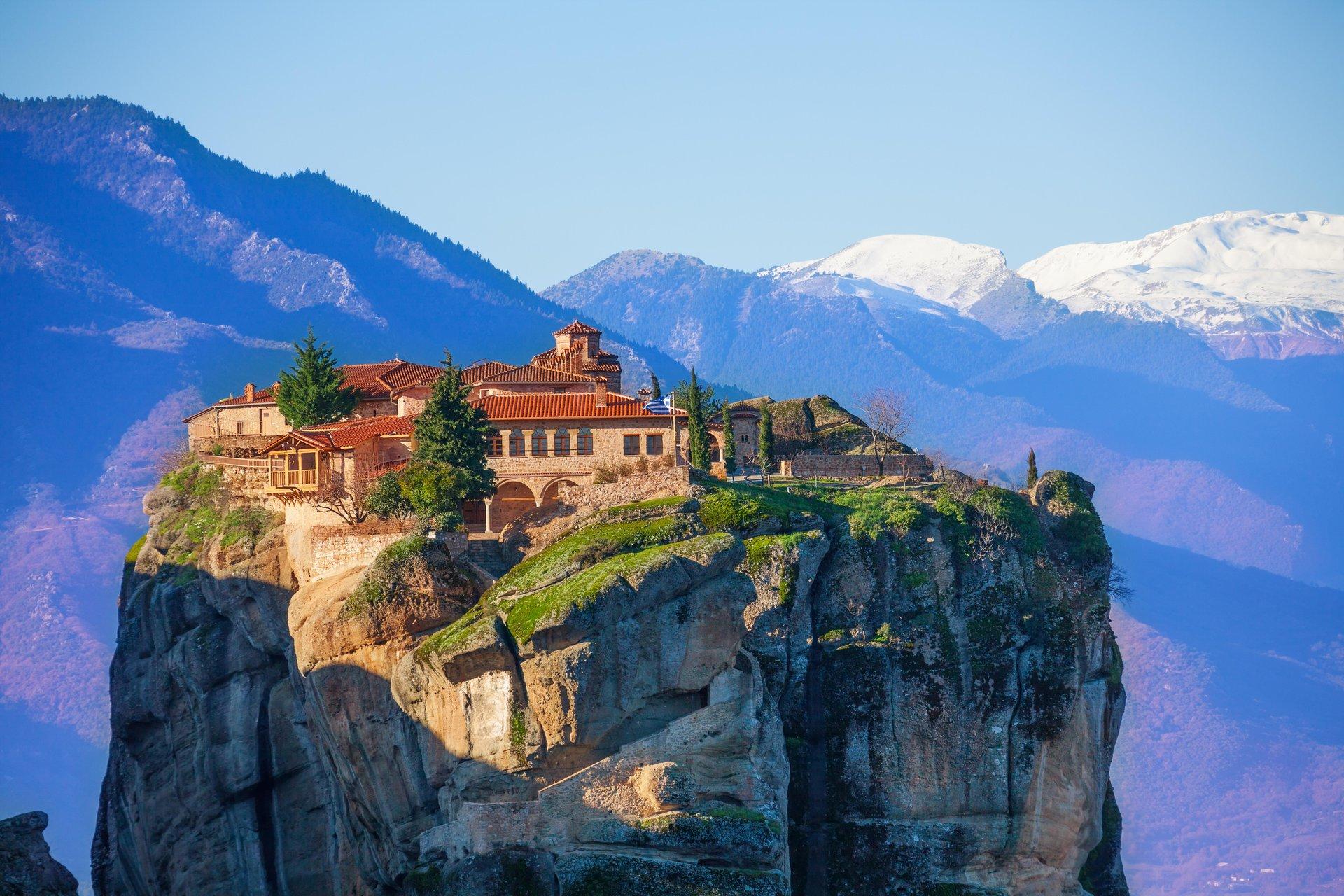 Een bijzonder klooster boven op een rotsblok