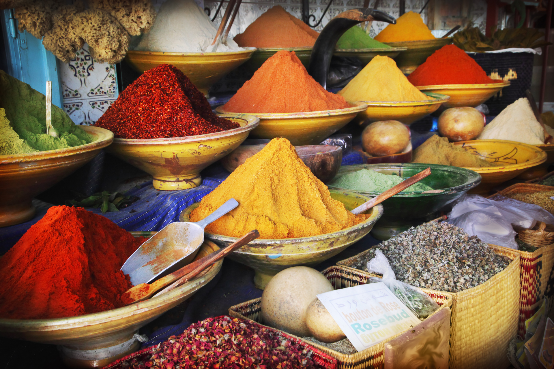 Marokko kleurrijke kruiden op markt - couleur locale &Olives