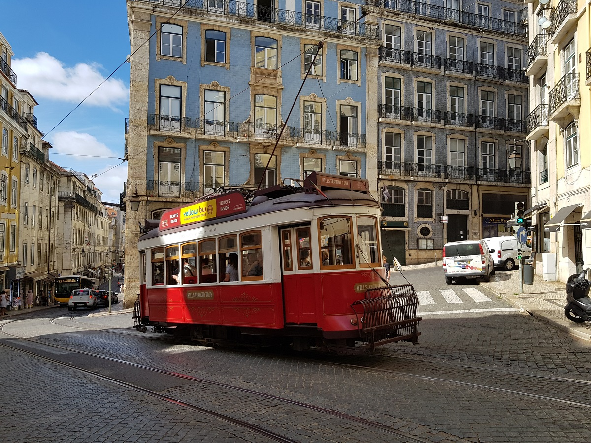 Een rode tram in de hoofdstad van Portugal, Lissabon