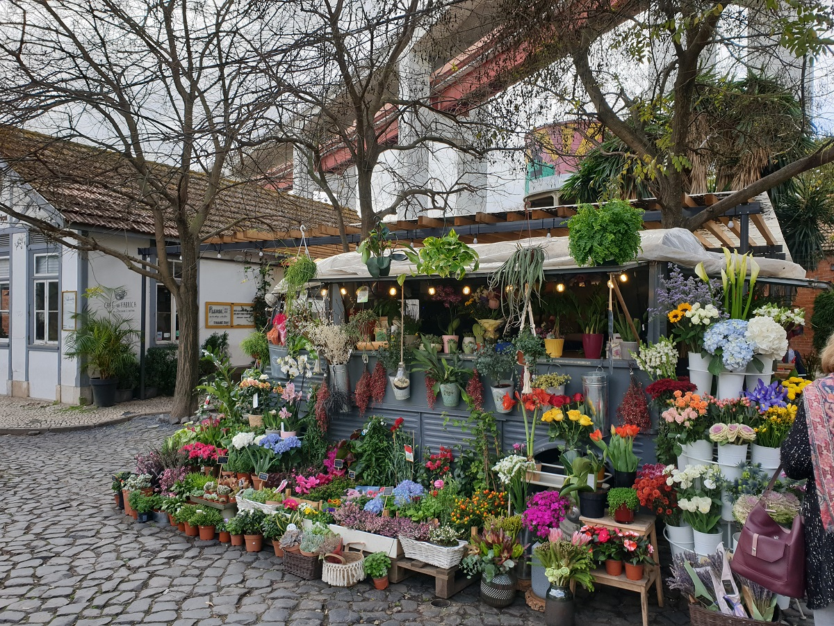 Eén van de leuke winkeltjes in LX-factory, een kraampje met planten en bloemen.