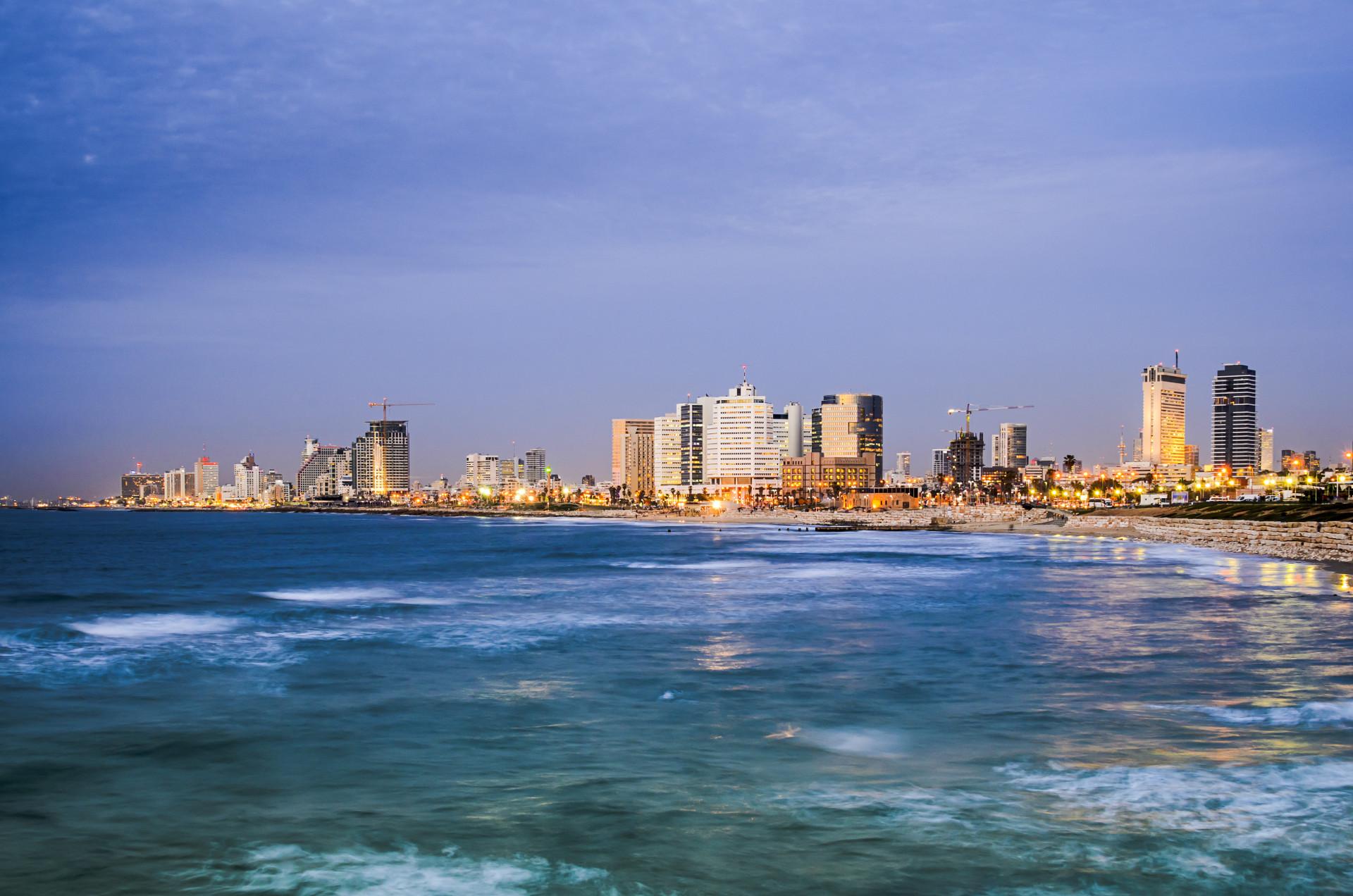 De skyline aan de kust bij Tel Aviv in Israël
