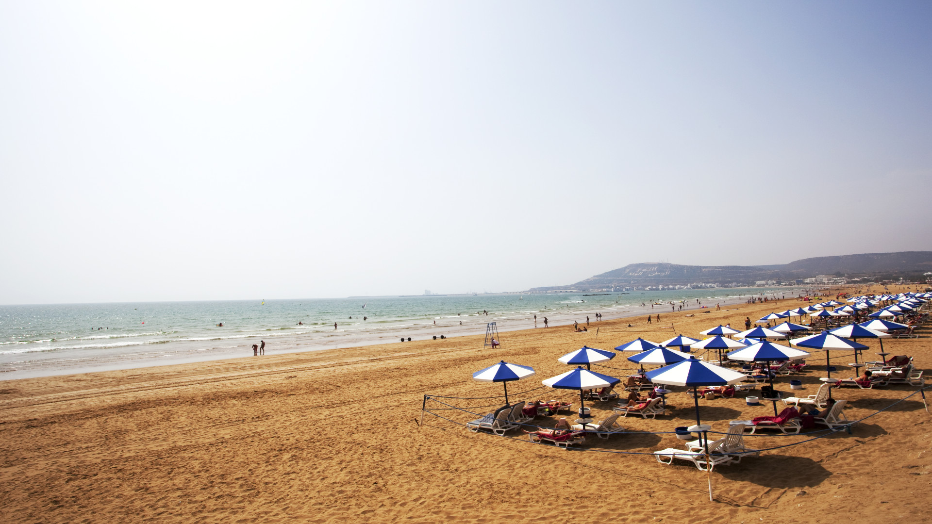 Parasols op het strand bij Agadir, Marokko