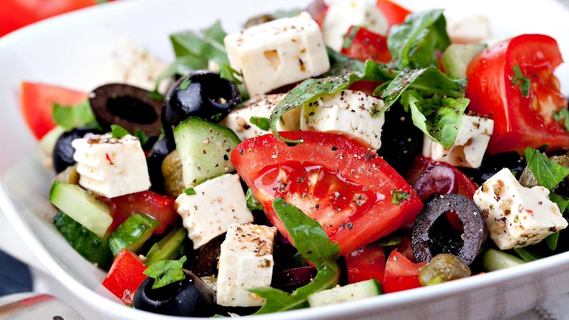 Een Griekse salade met tomaat, olijven, komkommer en feta.