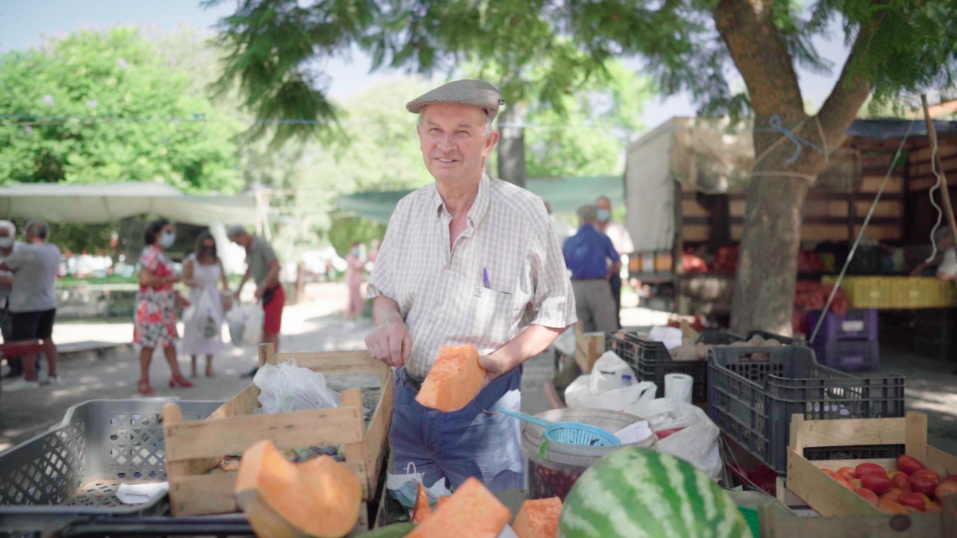 Man op markt Portugal met groente en fruit