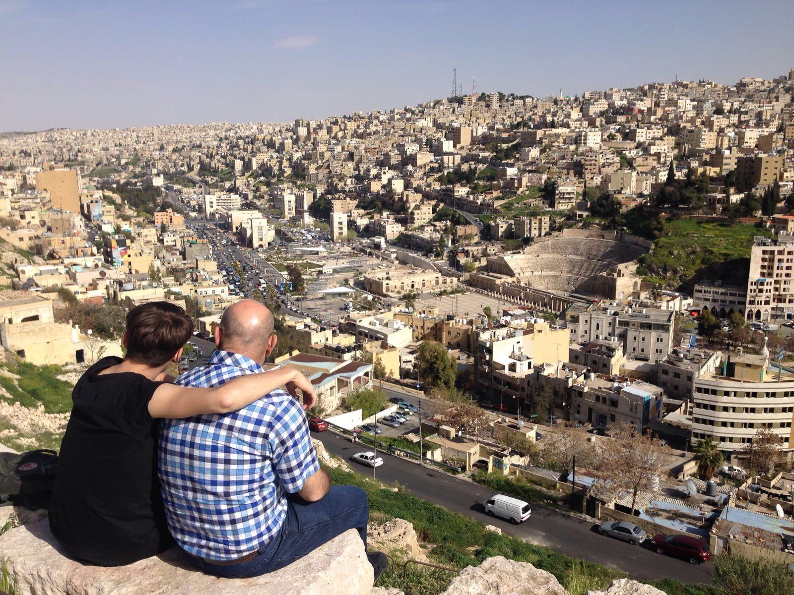 Mensen kijken vanaf Citadel uit over de stad Amman, Amman, Jordanië