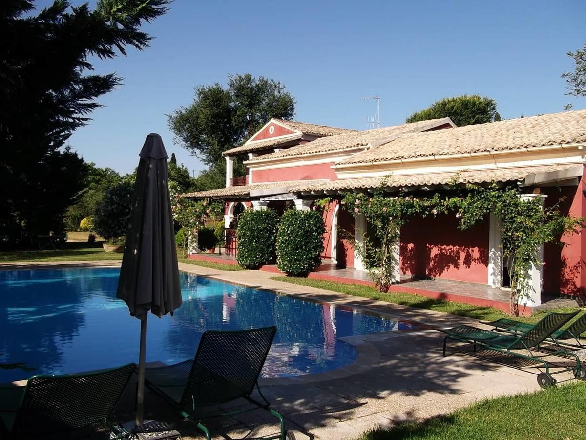 Het zwembad van villa de Loulia op Corfu, Griekenland