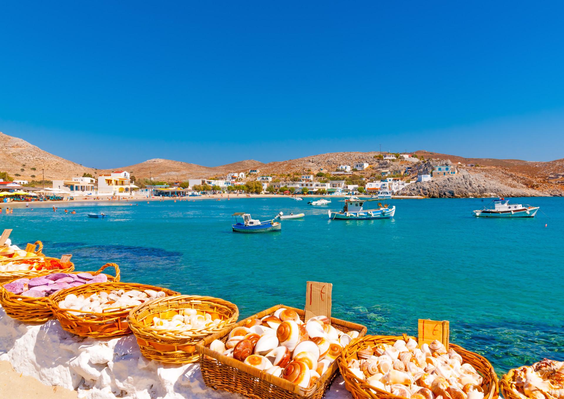 Uitzicht op haventje Pserimos Griekenland