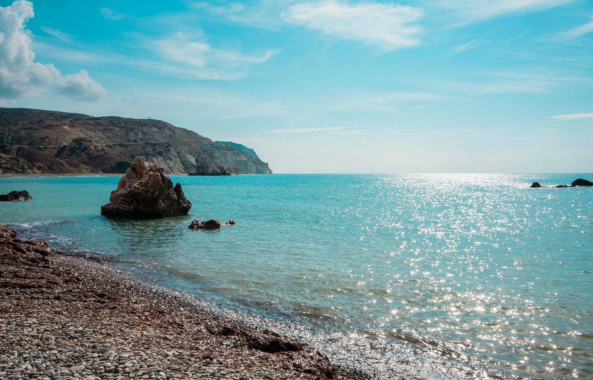 Cyprus blauwe zee met rots en kiezelstrand