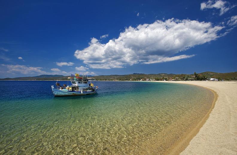 Bootje in zee bij Sithonia Beach bij Ikos Olivia, Gerakini, Halkidiki, Griekenland