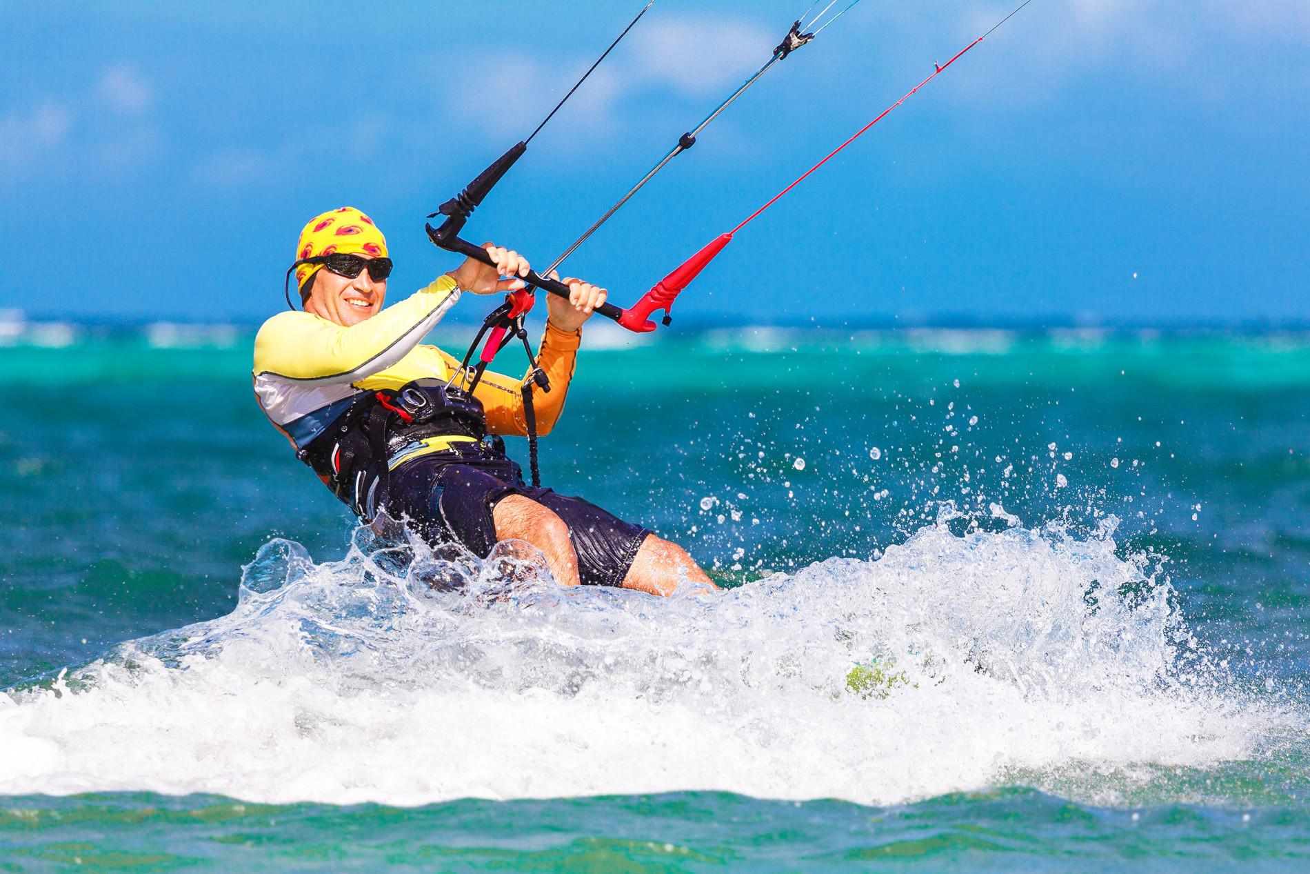 Nea Chrissi Akti Paros man kitesurfend in Griekenland