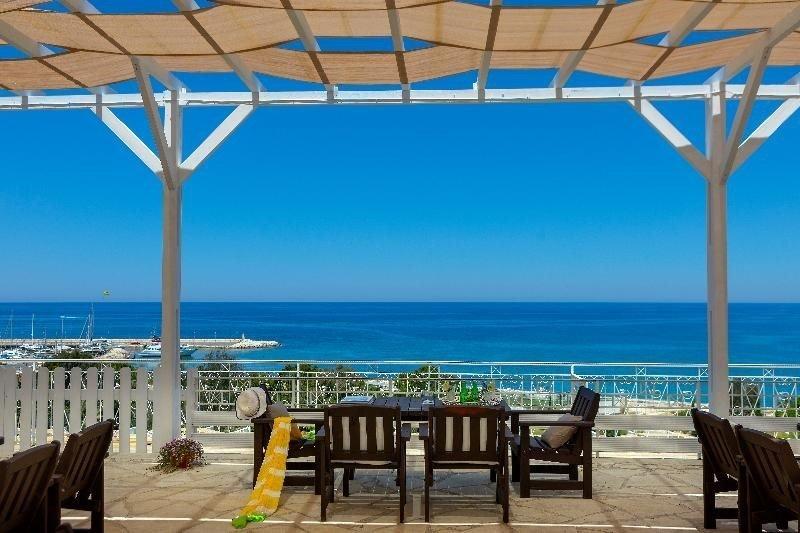 Latchi family resort Cyprus -overdekt-terras-aan-zee