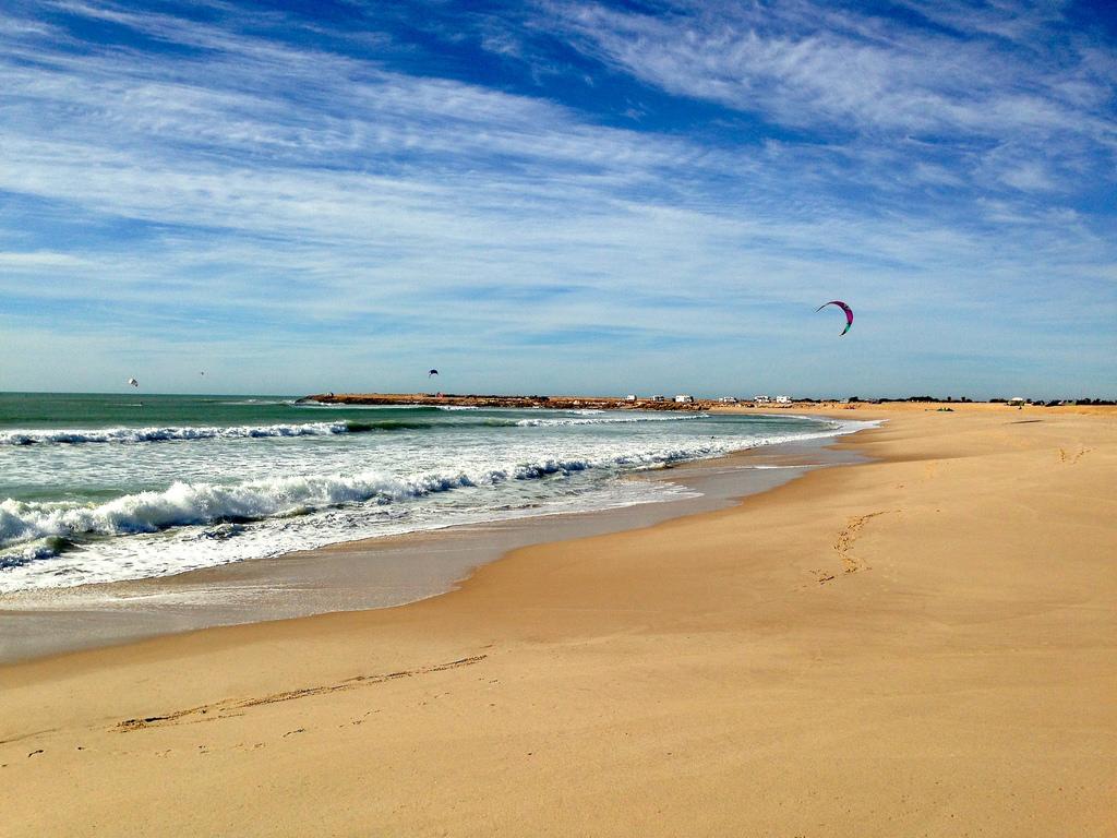 Strand Dakhla met in de verte kitesurfers, Marokko