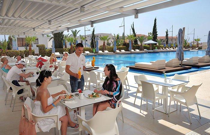 Nestor hotel terrasje aan zwembad