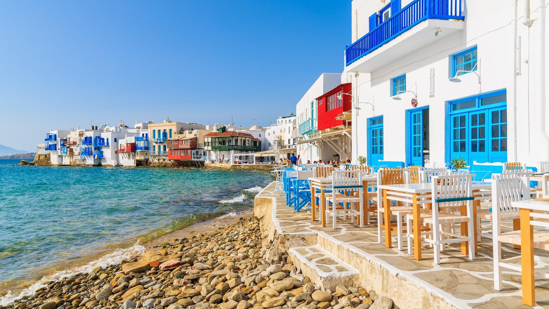 Uitzicht op strand en tavernes in Klein Venetië deel van Mykonos, Griekenland