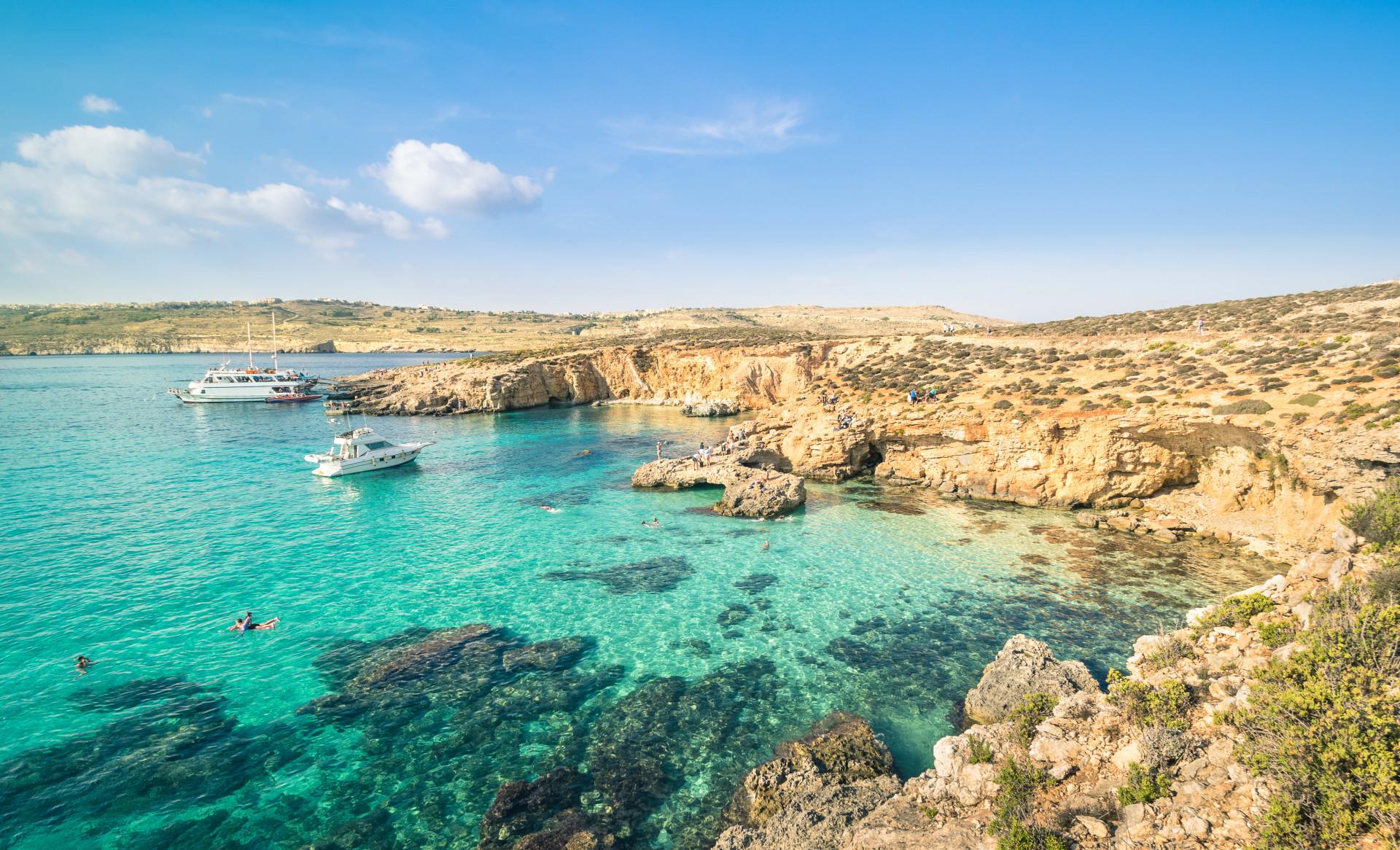 Uitzicht Blue Lagoon met 2 boten in het water, Comino, Malta