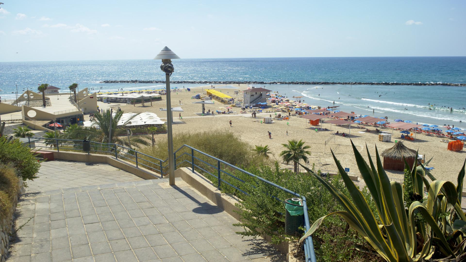 Trappen naar het strand bij Netanya, Israël